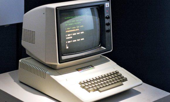 Apple II kompiuteris (1977 m.) eksponuojamas Judančių vaizdų muziejuje (angl. the Museum Of The Moving Image) Niujorke